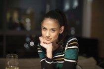 Portrait femme confiante regardant la caméra — Photo de stock