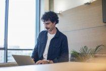 Uomo che utilizza computer portatile a casa — Foto stock