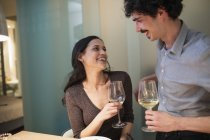 Glückliches Paar trinken Weißwein — Stockfoto