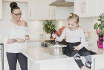 Mère et fille cuisson dans la cuisine — Photo de stock