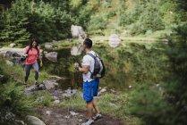 Пара походов вдоль озера в лесу — стоковое фото