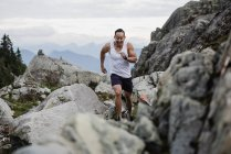 Мужчина-турист, бегущий по скалам, Dog Mountain, BC, Канада — стоковое фото