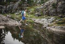 Homme de randonnée sur l'eau, Dog Mountain, BC, Canada — Photo de stock