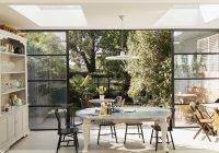 Кухонні столи та патіо двері відкриті до сонячного саду — стокове фото