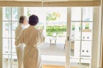 Coppia matura in accappatoi all'ingresso del patio dell'hotel — Foto stock