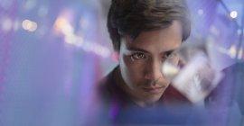 Fokussierter männlicher Innovator untersucht Prototyp — Stockfoto