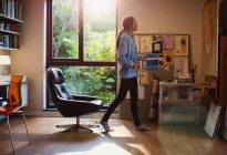 Female artist painting in home office — Stock Photo