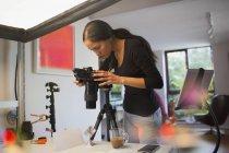 Женщина-фотограф, работающая в студии — стоковое фото