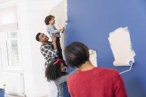 Сімейна розпис стін всередині нового будинку — стокове фото