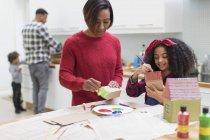 Mère et fille peinture maison artisanat dans la cuisine — Photo de stock