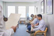 Пацієнти чекають в кімнаті очікування клініки — стокове фото