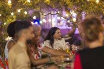 Amici che si godono la cena in giardino — Foto stock