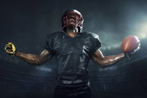 Подбадривание мускулистого футболиста — стоковое фото