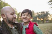 Retrato feliz pai e filho no parque de outono — Fotografia de Stock