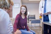 Arzt im Gespräch mit Patienten in Arztpraxis — Stockfoto