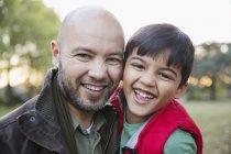 Retrato feliz pai e filho no parque — Fotografia de Stock