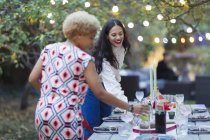 Mulheres amigos definindo mesa para jantar jardim festa — Fotografia de Stock