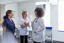 Medico e infermiere che parlano in ambulatorio — Foto stock
