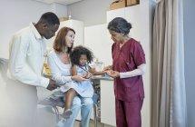 Pédiatre femme examinant une patiente en salle d'examen — Photo de stock