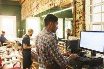 Парикмахер с помощью компьютера в парикмахерской — стоковое фото