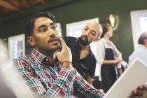 Homme client et coiffeur parler dans le salon de coiffure — Photo de stock