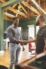 Чоловіки перукарні і клієнти потискають руки в перукарні. — стокове фото