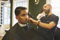 Maschio barbiere barba capelli del cliente in barbiere — Foto stock