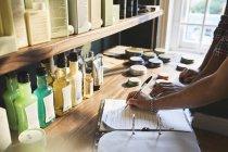 Власник перукарні перевіряє інвентаризацію продукції. — стокове фото
