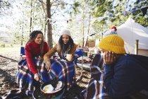Lesbisches Paar und Kinder kochen Frühstück auf dem Campingplatz Grill im Wald — Stockfoto