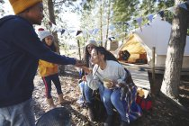 Mamma che bacia rana albero in mani di ragazzo a campeggio in boschi — Foto stock
