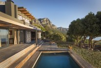 Mountains in background of luxury home showcase exterior house with swimming pool — Stock Photo