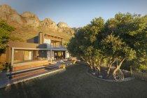 Mountains behind sunny luxury home showcase exterior house — Stock Photo