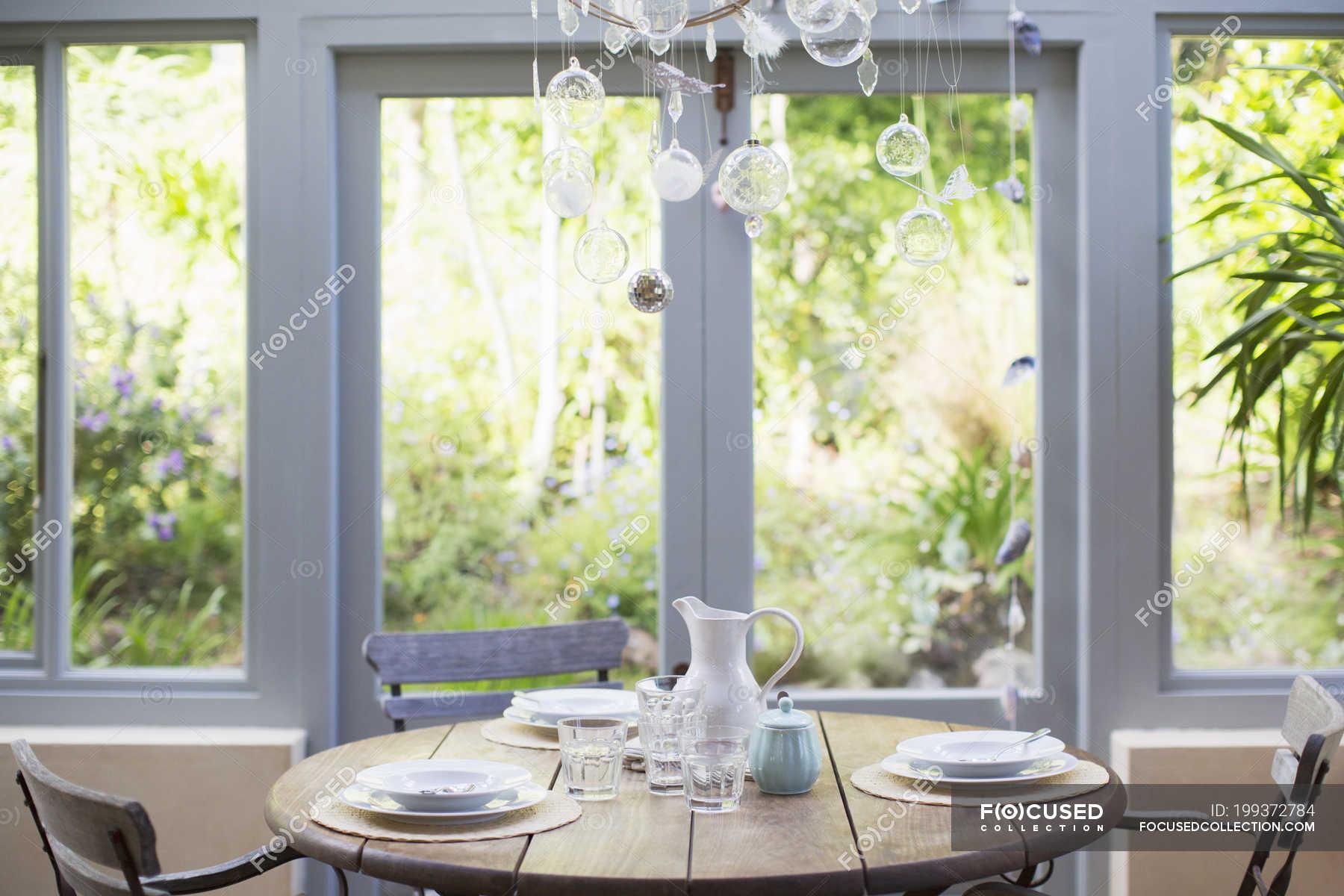 Tavolo in legno in veranda foto stock 199372784 for Tavolo per veranda