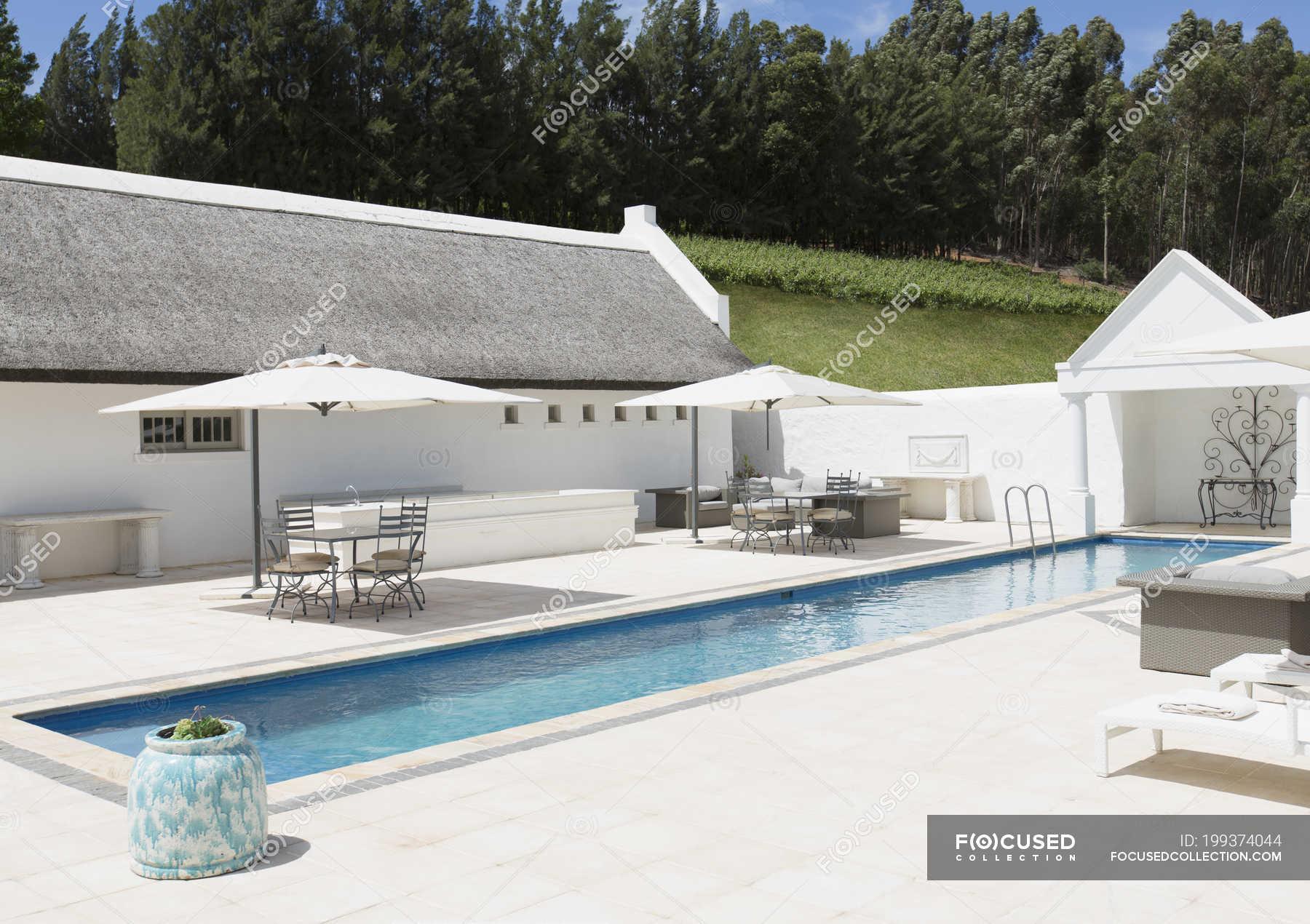 Piscine de luxe l ext rieur pendant la journ e photo for Journee piscine