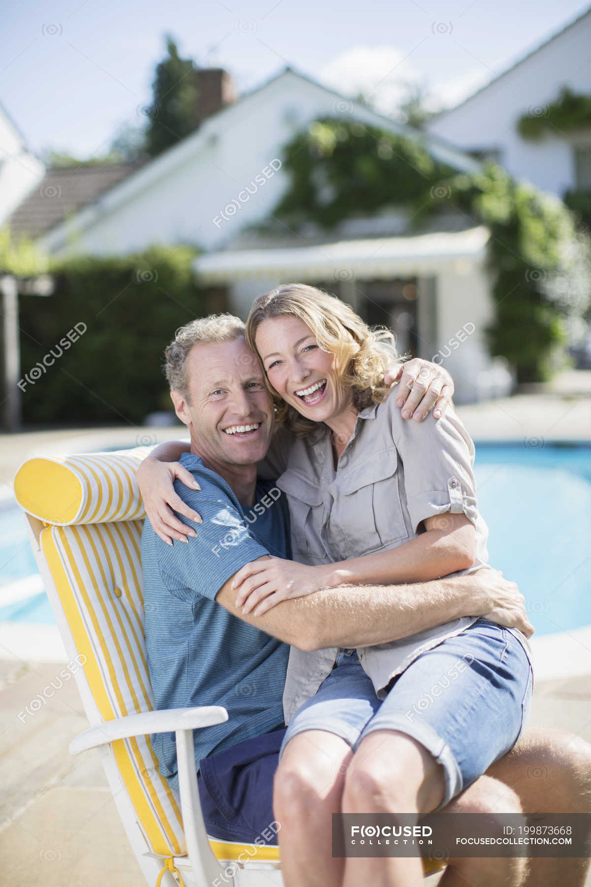 sc 1 st  Focused Collection & Couple sitting in lounge chair at poolside u2014 Stock Photo | #199873668