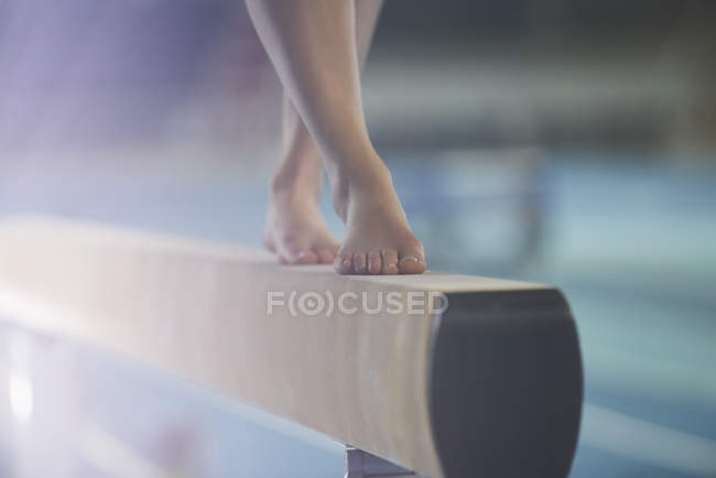 Bare feet of female gymnast performing on balance beam — Stock Photo