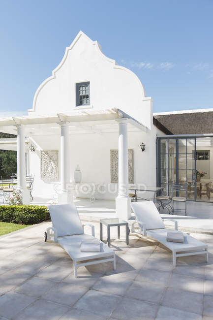 Luxury house and patio during daytime — Stock Photo