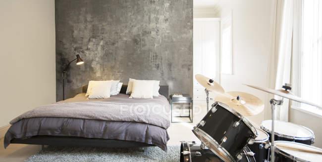 Drum-Set im modernen Schlafzimmer — Stockfoto