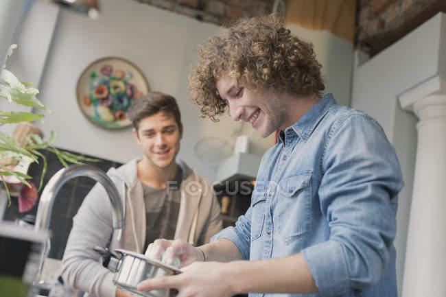 Coinquilini giovani cucina nella cucina — Foto stock
