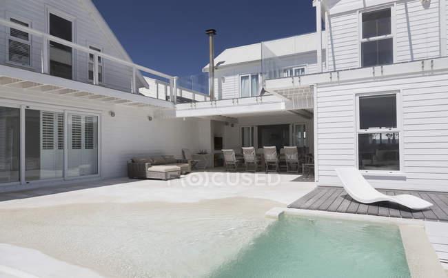 Vista exterior de casa moderna de lujo - foto de stock
