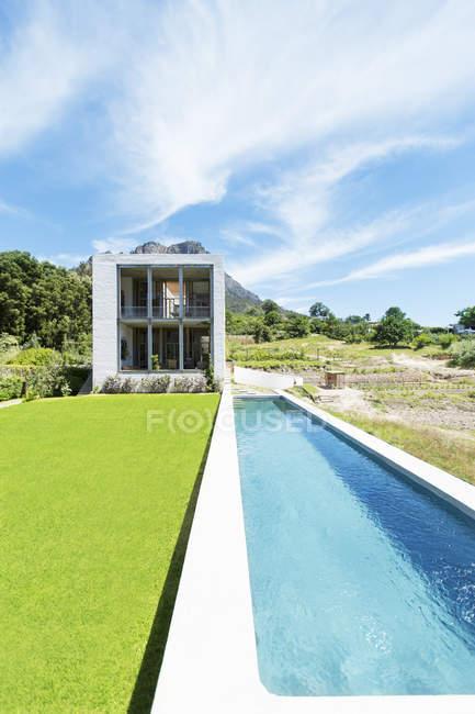 Modern swimming pool under blue sky — Stock Photo