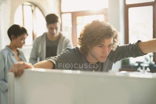 Jeune homme regardant dans le réfrigérateur à la maison — Photo de stock