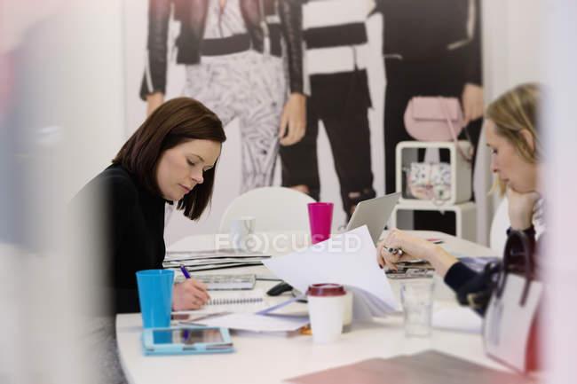 Acheteurs de mode travaillant au bureau dans un bureau moderne — Photo de stock