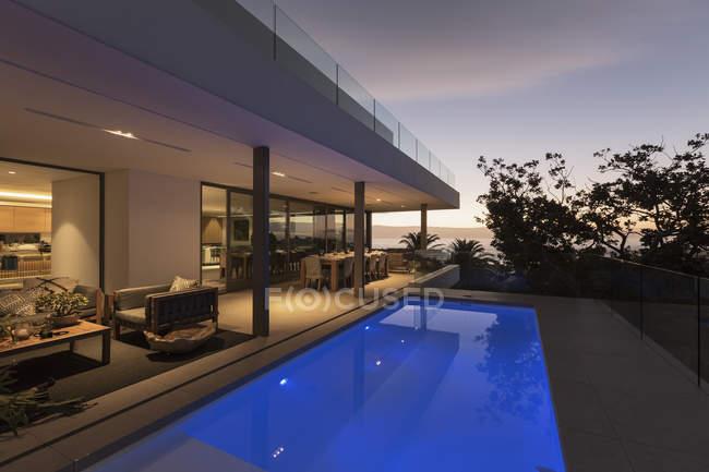 Ruhige blaue Runde Schwimmbad außerhalb moderner Luxus-Haus Vitrine außen — Stockfoto