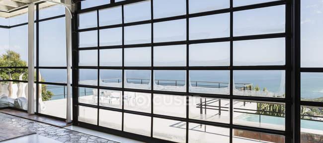 Terrasse mit Blick auf Meer während des Tages — Stockfoto