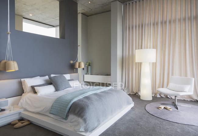 Роскошный интерьер современного дома, спальня — стоковое фото