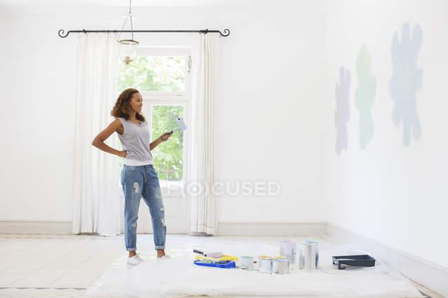 Donna osservando campioni di vernice — Foto stock