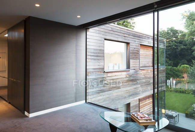 Glass wall of modern house during daytime — Stock Photo