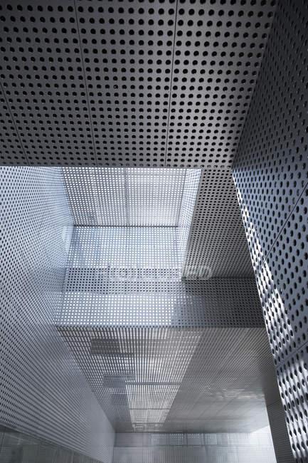 Interior de um edifício moderno durante o dia — Fotografia de Stock