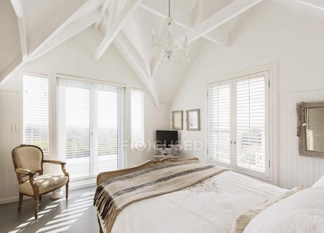 Lusso moderno bianco home Vetrina camera da letto con soffitto a volta — Foto stock